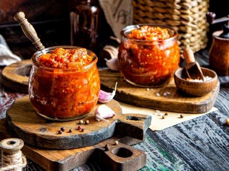 Домашна едросмляна лютеница с печени патладжан (син домат), чушки (пипер), моркови, доматено пюре, мед и кимион в хлебопекарна - снимка на рецептата